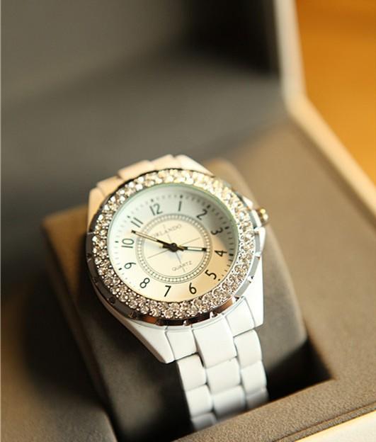 Белые женские круглые часы